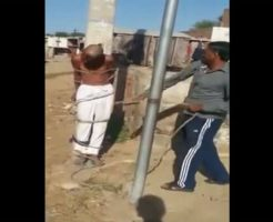 【衝撃映像】少女さんを連れて行こうとしたロリコンおじさん 村人に捕まり縛り付けられ鞭打ちまくられててクッソざまぁwww ※拷問