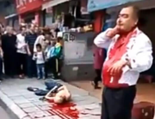 【グロ動画】男「首取れそうなんやがw」 死んでる奴の横で直立不動で立っている血まみれおじさんが怖Eー ※殺人現場