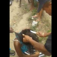 【衝撃映像】捕まってしまった3人組女泥棒さん 村人達にに女の命を刃物で切り刻まれるハプニングw