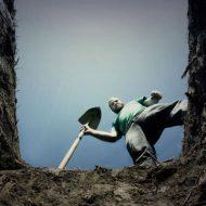 【衝撃映像】嫌がってる子供をそのまま土に埋めていく 兵士が行う残酷過ぎる生き埋め現場が怖すぎて泣いた・・・