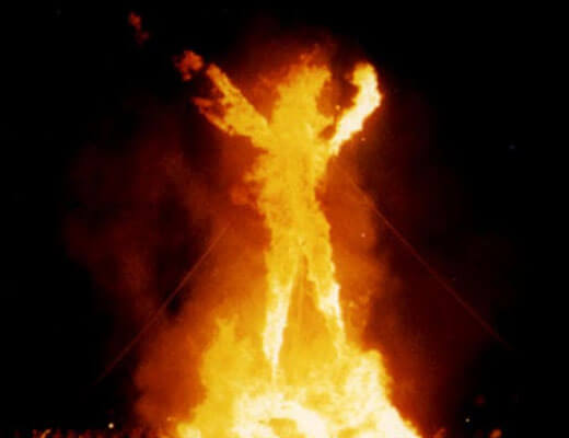 【グロ動画】燃やせ燃やせヒャッハーw 燃やしても走って逃げる糞野郎に投石と全身ファイヤーでコンボ食らわせてやったwww