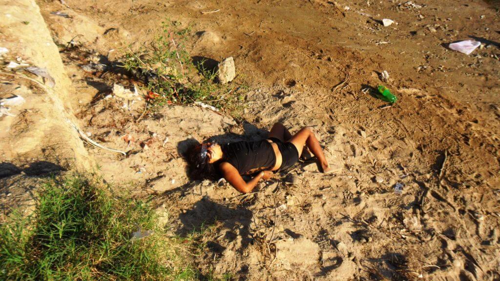 【グロ画像】危ない組織に捕まった女の子がガチ拷問された結果→顔面テープがグルグル巻きでくぱぁ~されて捨てられる模様w ※女 死体