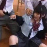 【本物レイプ】学校の教室内で起こってしまった強姦事件の証拠映像がコレ クラスの男子達が一人少女に群がる様が恐怖・・・ ※グロマップ