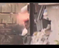 スナイパーにヘッドショットされて頭が吹き飛んだ後の画像や動画は多いですが、珍しい吹き飛ぶ瞬間の映像です。