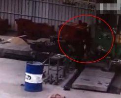 【衝撃映像】おい労基仕事しろ!機械に巻き込まれた男性さん 高速回転しながらお亡くなりになるw ※事故動画
