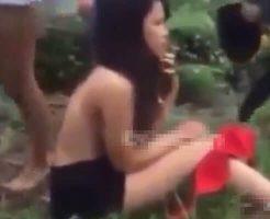 【エロいじめ】中国のJKさん 同級生少女達に殴られ蹴られ服を剥ぎ取られておっぱいを晒し上げられる・・・
