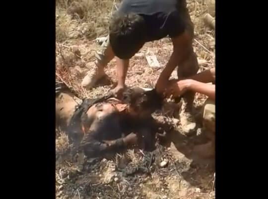 【ISISグロ動画】イスラム国兵士の死体を見つけたイラク兵 斬首したり燃やしたりしてストレス発散してる模様www