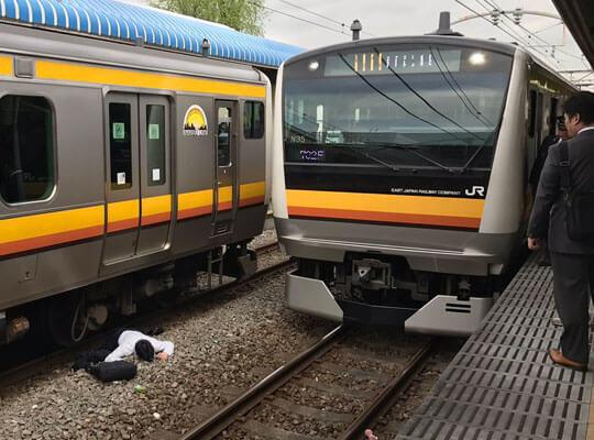 【【人身事故】目の前で人が電車に飛び込む瞬間って見たことある??? ※衝撃映像