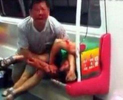 【グロ動画】マジキチ老害さん 地下鉄で口を血だらけにしながら若者に噛みついていくとかこいつマジパネェwww ※カニバリズム?
