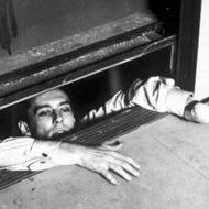 【衝撃映像】エレベーターに乗る瞬間に上に参りますとかマジか・・・ 挟まれながら圧死とか流石チャイナクオリティーだなwww ※死体あり