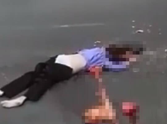 【グロ動画】道路で白パンティーを見せつつ五臓六腑ほとんど出てる女の子の死体が生々し過ぎて辛いw ※女 事故死
