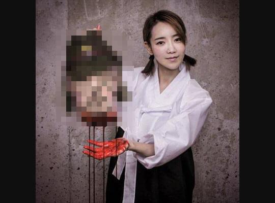 【グロ動画】男が女の子を殺す→まだわかる 女の子がウッキウッキで男の首を斬首するってこマ? ※処刑映像