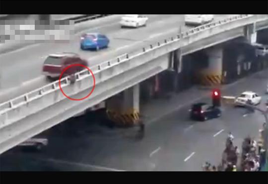 【自殺映像】高速道路から飛び降り自殺・・・レスキューがクッションを敷くも・・・