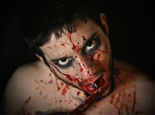 【グロ動画】サクサクサクサクサク いったい何回刺せば許してくれるんですか? ナイフで惨殺してる殺人現場映像・・・