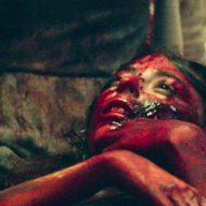 【グロ動画】おっぱい丸出しで地面に血だまりが・・・裸で死んでる売春婦って興味ある?