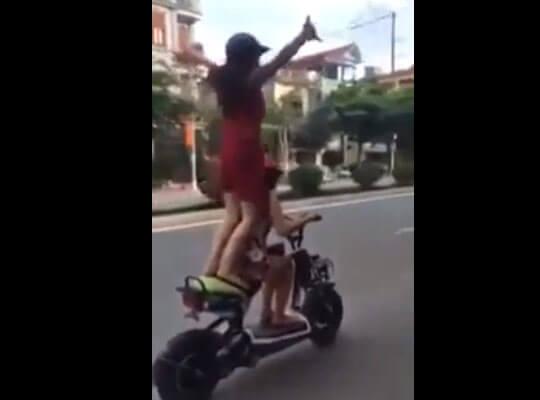 【衝撃】頭悪すぎw原付バイクで調子にノリ過ぎた女の子に起きるハプニング映像www