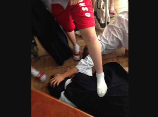 【いじめ】同級生に一方的に暴行を受けていく映像 制服が血だらけになってる女子校生が可哀想過ぎる・・・