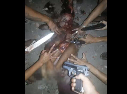 【グロ動画】ウェーイwって記念撮影してるブラジル麻薬カルテルによって行われた殺人映像・・・