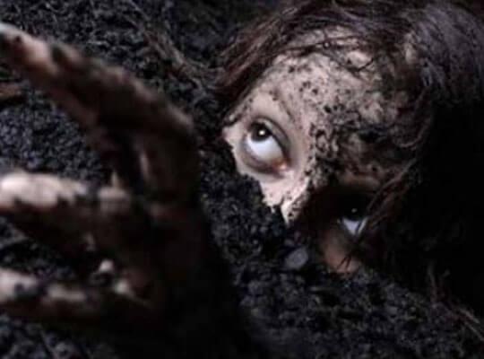 【衝撃映像】叫び声注意 死んだ旦那といっしょに生きたまま妻も埋めて埋葬していく海外の葬式事情・・・