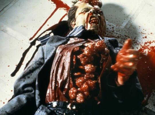 【グロ動画】事故で手足があらゆる方向に折れ曲がり胸がフルオープンしてしまった男性の死体がヤバい・・・