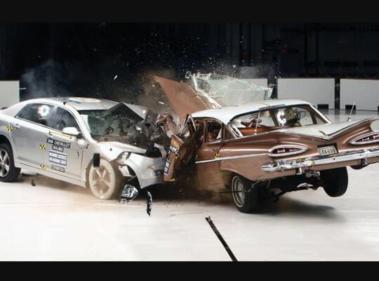 【衝撃】下手したら死んでるだろ 車の衝突実験に生身の人間使ってたんやがこれってええんか・・・