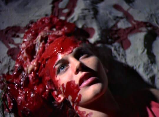 【グロ動画】倒れている女の子に銃弾を顔面に何発も 女だからって容赦しないでオーバーキル・・・