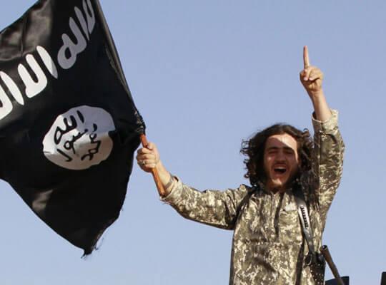 【グロ動画】死体に向かって侮蔑を吐き捨てるイスラム国(isis)の兵士・・・