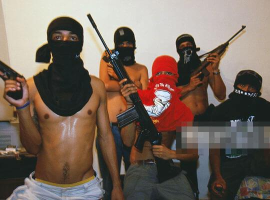 【グロ動画】ブラジル少年達のお遊戯 死体に向かって何発も銃弾を浴びせ続けていく・・・