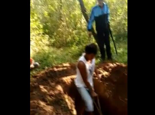 【グロ動画】墓穴を掘らせてから銃殺し油かけて燃やす ブラジルギャングによる処刑映像