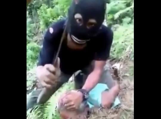 【グロ動画】目出し帽姿でマチェット装備の兵士が拘束した男を残酷に斬首していく映像・・・