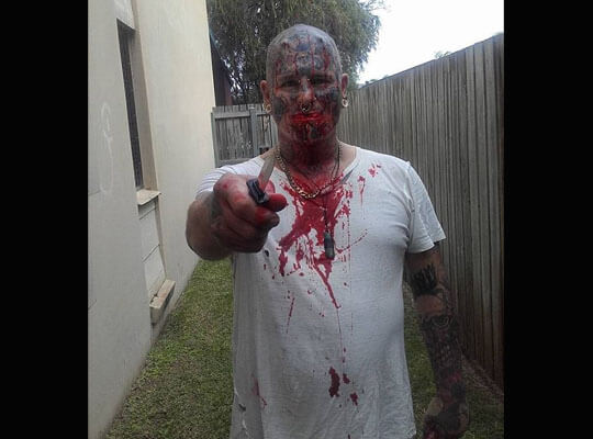 【閲覧注意】逃げ場なんて無い絶対絶命な状況 ナイフで体を何度も刺されまくる殺人映像・・・