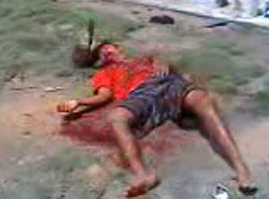 【閲覧注意】頭にシャベルが突き刺さったまま血を流して叫んでる  土人国家の私刑映像