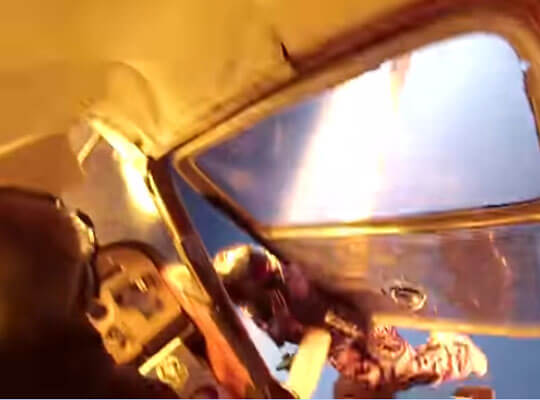 【衝撃】飛行機が空中接触し乗客が投げ出されていく映像・・・