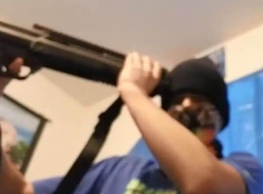 【閲覧注意】自殺をYouTubeで生放送 ヘッドショットの瞬間飛び散っていく肉片がグロ過ぎる・・・