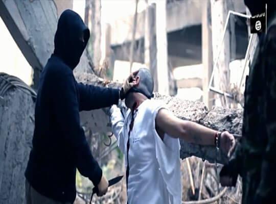 【isis グロ】縛り付けた男性を滅多刺しして体力削ってから斬首していく残忍な映像・・・