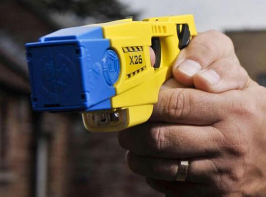 【衝撃】犯人が泣き叫ぶ 薬中の男がナイフで抵抗するもテーザー銃で返り討ちにw