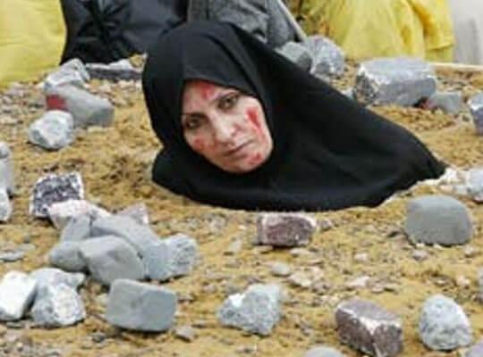 【石打の刑】布でグルグル巻きにした罪人を土に埋め石を死ぬまで投げ続ける処刑方法