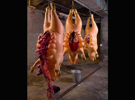 【閲覧注意】「食卓のお肉ができるまで」 豚さんが流れ作業で解体されていく様がクッソきついwww
