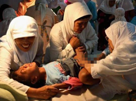 【女子割礼】麻酔無しでクリトリスカット(FGM)されていく10歳の少女・・・