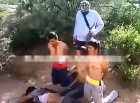【グロ動画】メキシコ最強麻薬カルテル「ロスセタス」による処刑 斬首されていく仲間をただ見守る男達・・・