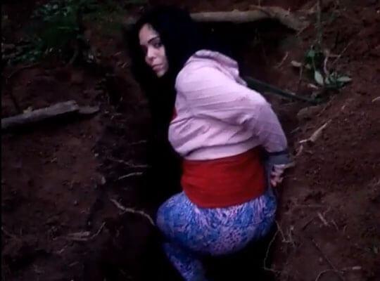 【グロ動画】穴に入った恵体の女の子が銃殺される処刑現場・・・