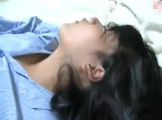 【ガチレイプ】寝ている女の子にエッチないたずらwマンコをくぱぁ~してタンポン引き抜いてやったwww