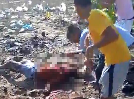 【グロ動画】必死に逃げる少年が斧やマチェットで殺害されていく殺人映像・・・