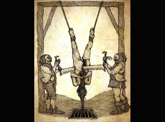 【グロ動画】全裸で逆さ吊りされた男性 解体と血抜きされながら処刑される・・・