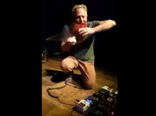 【グロ動画】WTF? ガラスを口に押し当てて血だらけになりながら音を奏でる男がキチガイ過ぎるんだが・・・