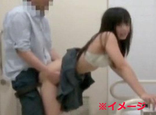 【本物レイプ】※日本人 公衆トイレに連れて行かれて抵抗できずに犯されていくjk・・・