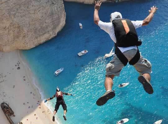 【衝撃】断崖絶壁からベースジャンプ 運悪く岩に引っかかりそのまま地面に叩きつけられる瞬間