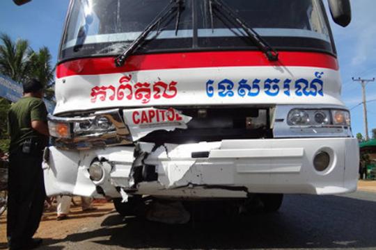 【事故映像】座ってる男性の上を安全運転で潰しながら通り過ぎるバス