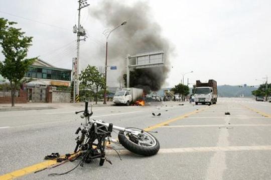 【事故動画】対向車線に出た子供二人乗りバイクがこの世から一瞬で消える・・・