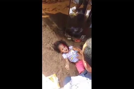 【グロ注意】道に倒れこむ家族・・・母は死亡、姉妹は血を流し赤ちゃんが助けを求める・・・